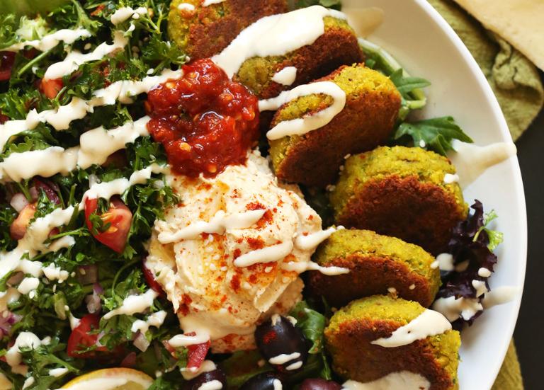 Средиземноморская тарелка с зеленью, фалафелем и разнообразными соусами