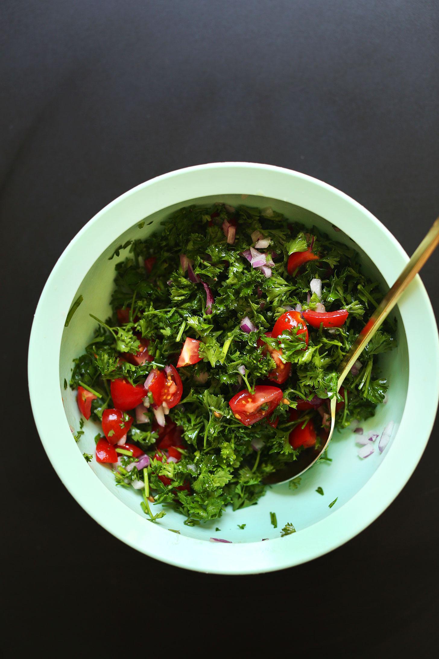 1Средиземноморская тарелка с зеленью, фалафелем и разнообразными соусами