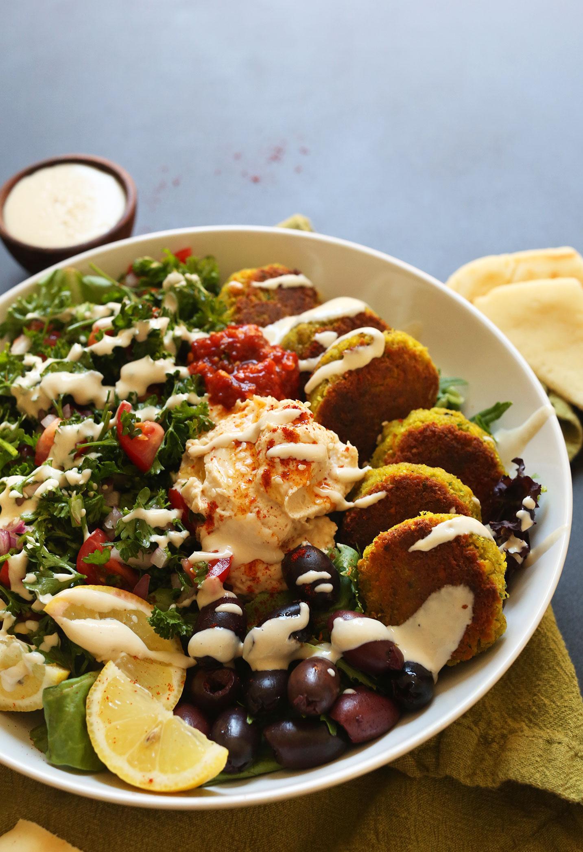 Средиземноморская тарелка с зеленью, фалафелем и разнообразными соусами 3