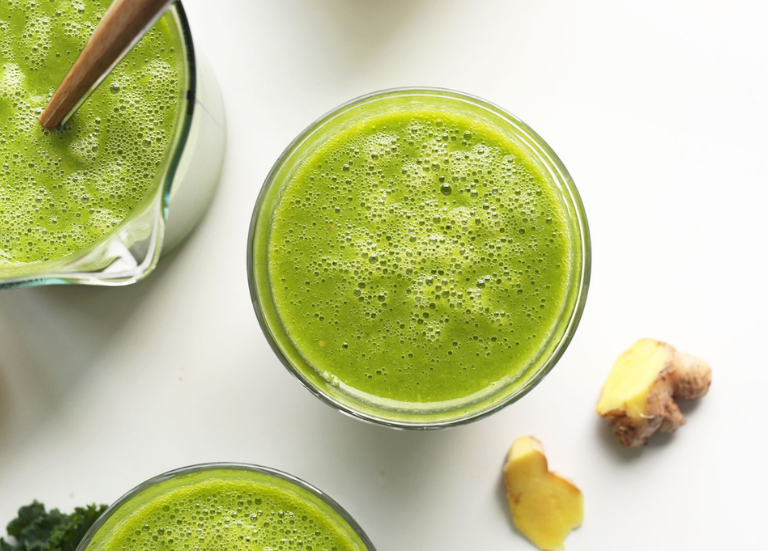 Зеленый смузи с манго, имбирем и капустой