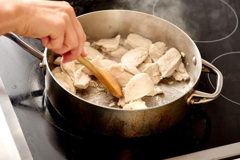 Брокколи с курицей на сковороде фото 3