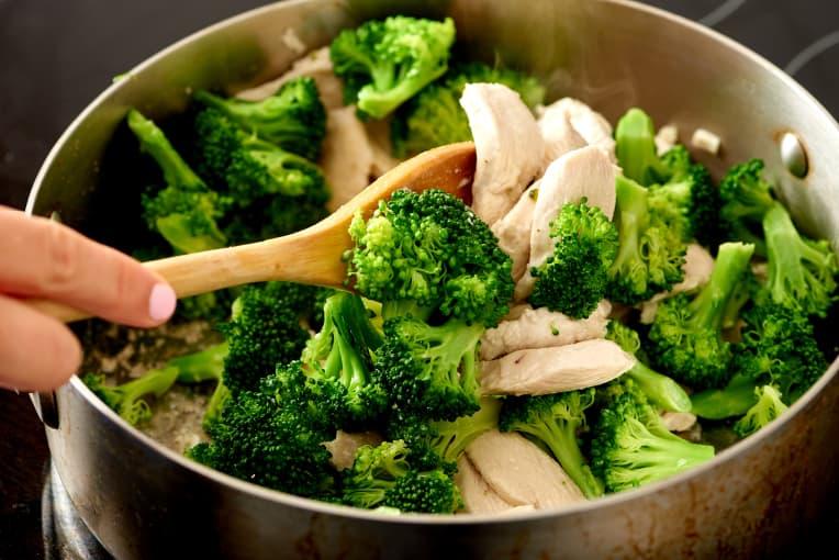Брокколи с курицей на сковороде фото 2