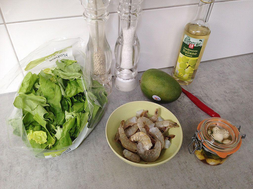 Салат из манго креветкок моцареллы