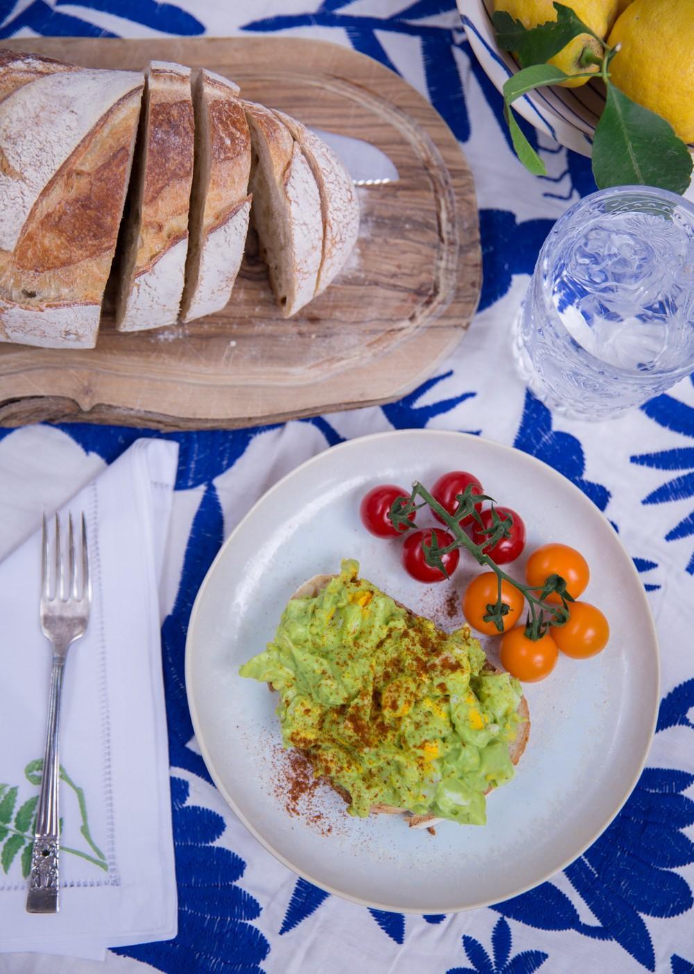 Зеленый салат из яиц авокадо фото 5