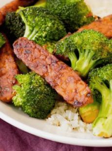 Вегетарианская говядина и брокколи с темпе