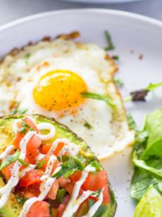 Завтрак с авокадо и яйцами