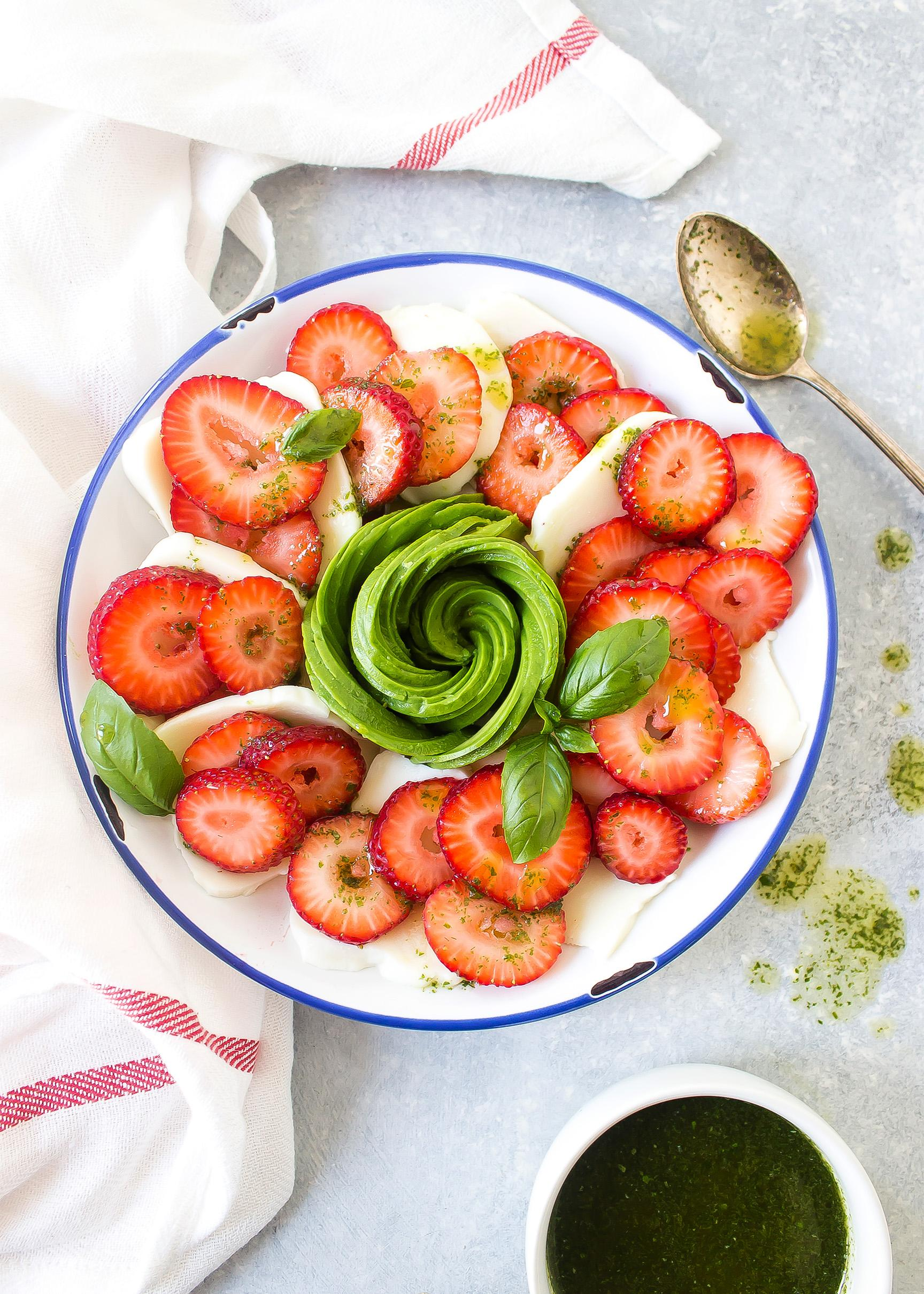 Клубничный салат с авокадо и капрезе 1