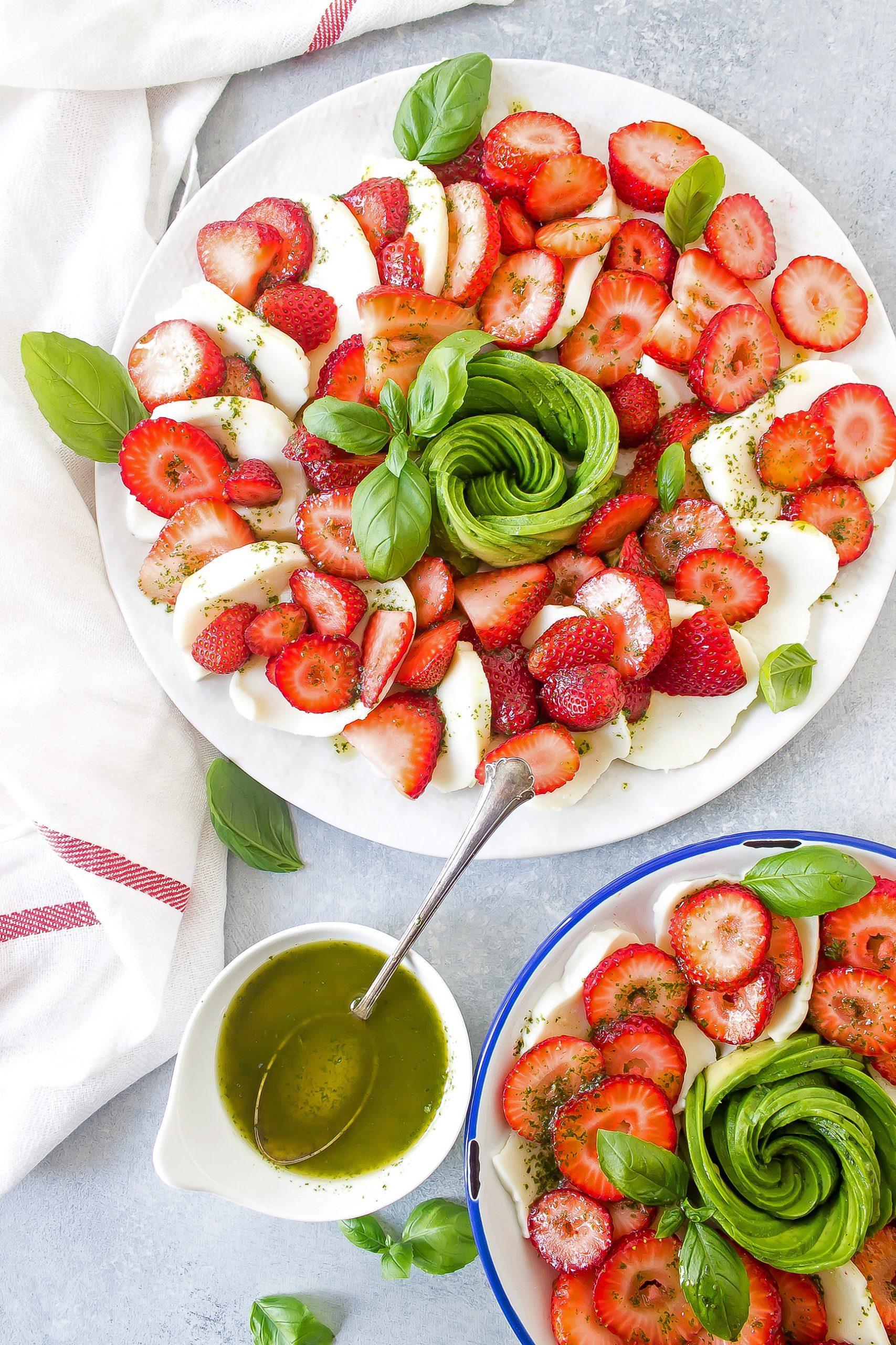 Клубничный салат с авокадо и капрезе 2