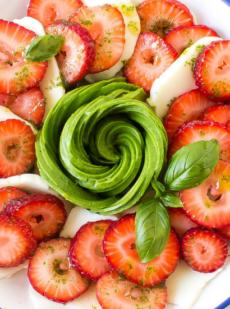 Клубничный салат с авокадо и капрезе 4