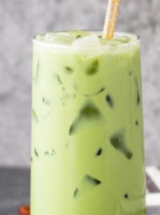 Латте с зеленым чаем матча со льдом