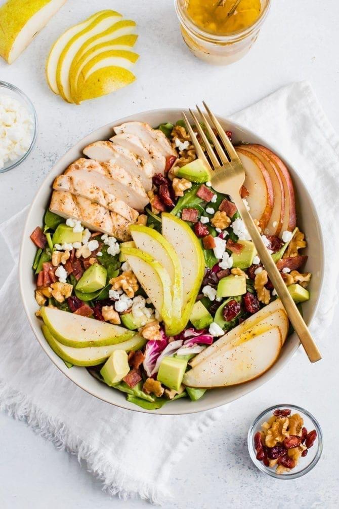 Грушевый салат с грецкими орехами, авокадо и курицей