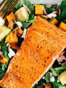 Салат с лососем и авокадо и бататом