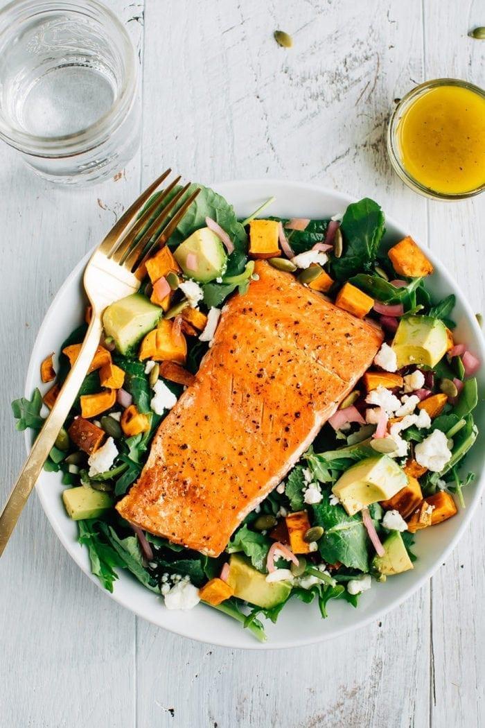 Салат с лососем и авокадо и бататом 2