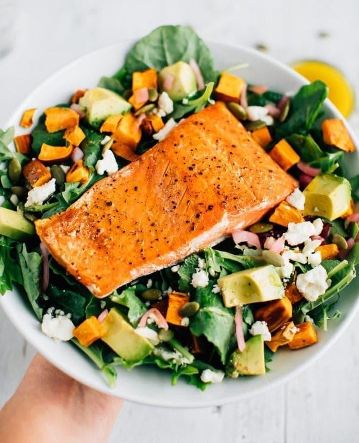 Салат с лососем и авокадо и бататом 3