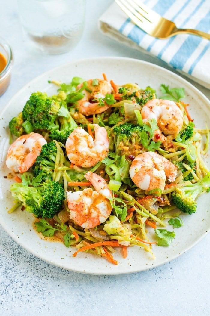 Салат с жареными креветками, авокадо и брокколи 2