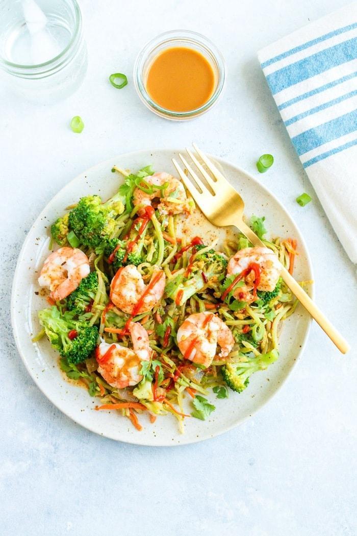 Салат с жареными креветками, авокадо и брокколи 3