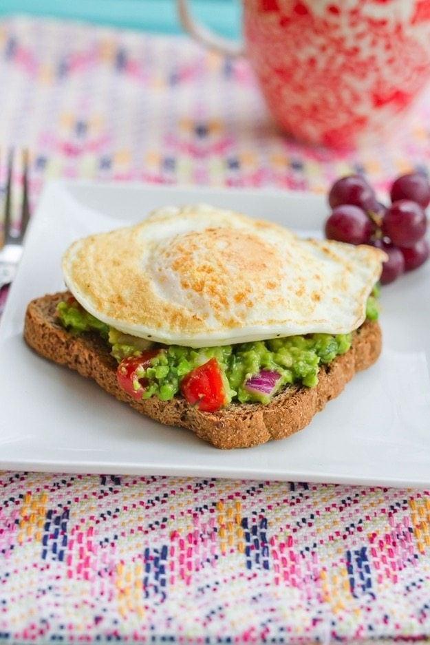 Тост с гуакамоле и яйцом 2