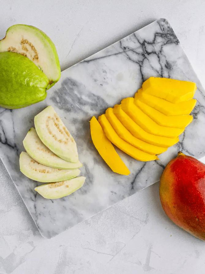 Тропический смузи из гуавы и манго 2