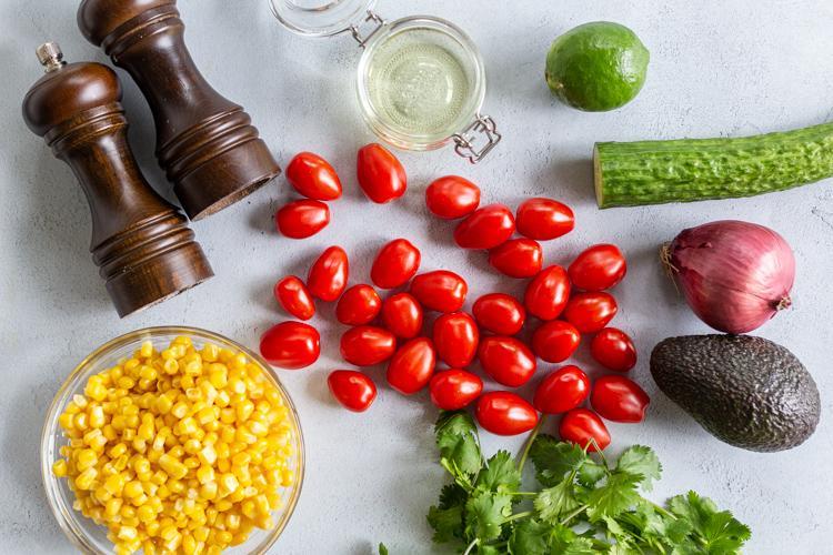 Салат из кукурузы, помидоров и авокадо 2