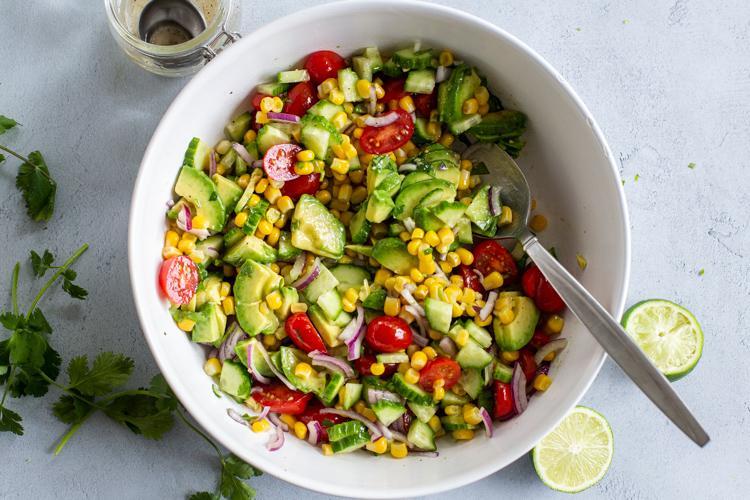 Салат из кукурузы, помидоров и авокадо 4