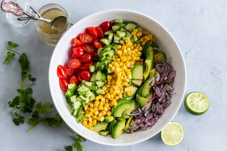 Салат из кукурузы, помидоров и авокадо 5