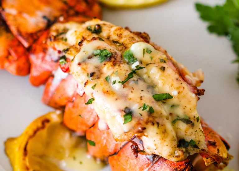 Жареные хвосты омара с чесноком и лимонным маслом
