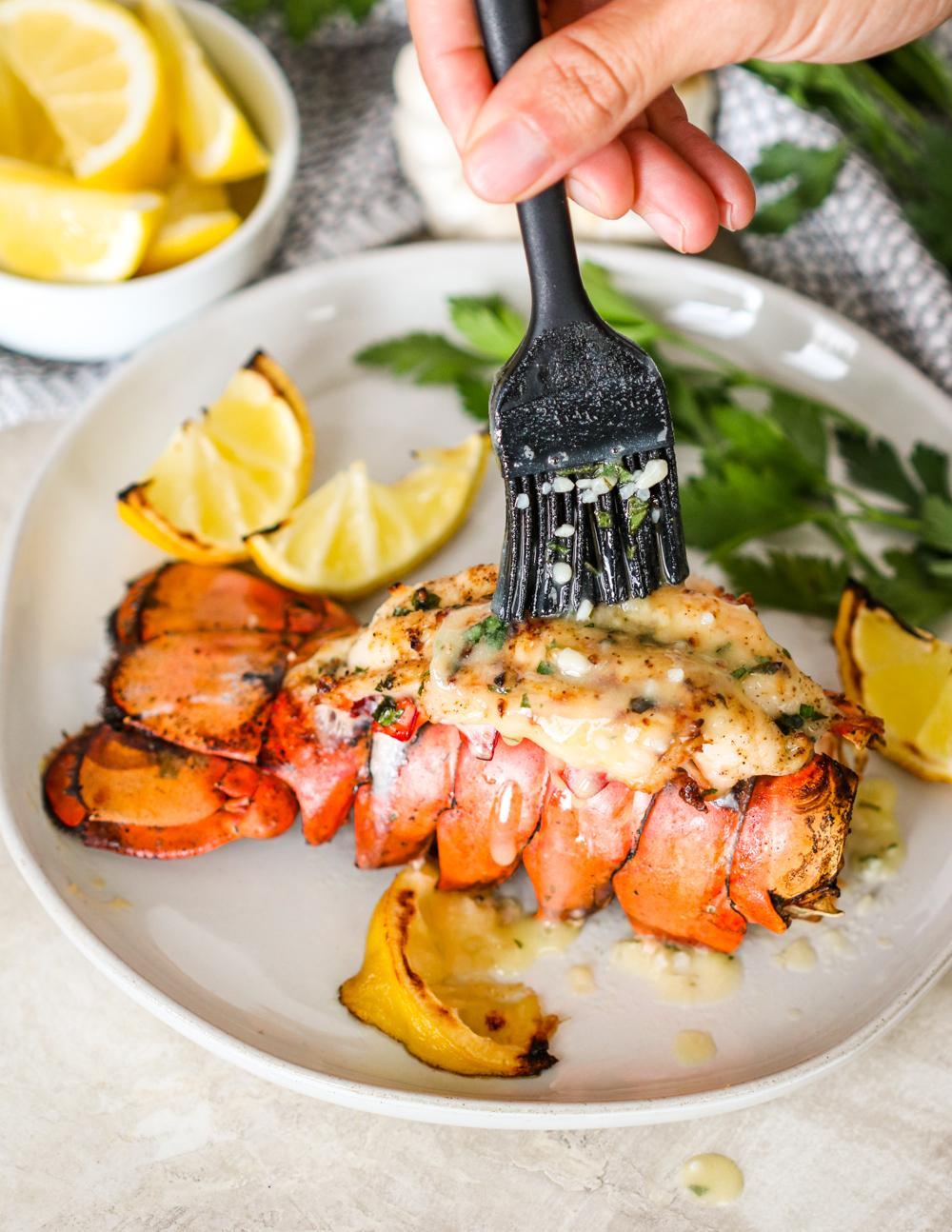 Жареные хвосты омара с чесноком и лимонным маслом 7
