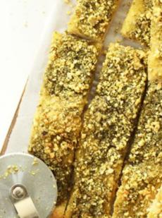 Хлебные палочки с песто и пармезаном