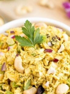 Куриный салат с карри и орехами
