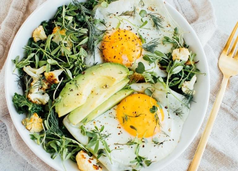 Салат на завтрак с обжаренной зеленью