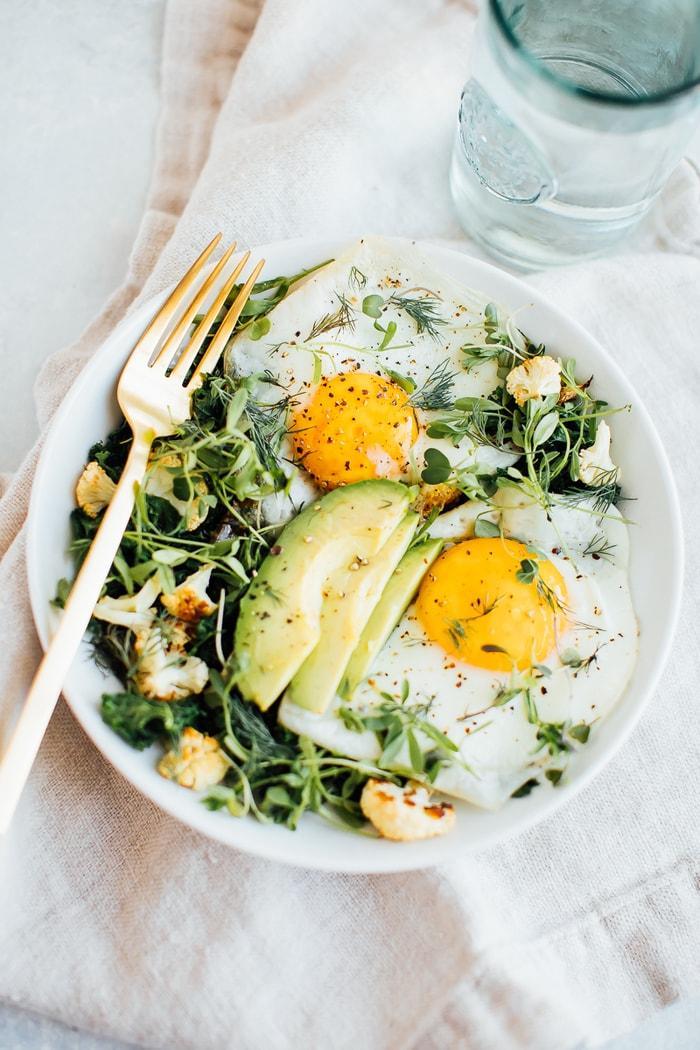 Салат на завтрак с обжаренной зеленью 2