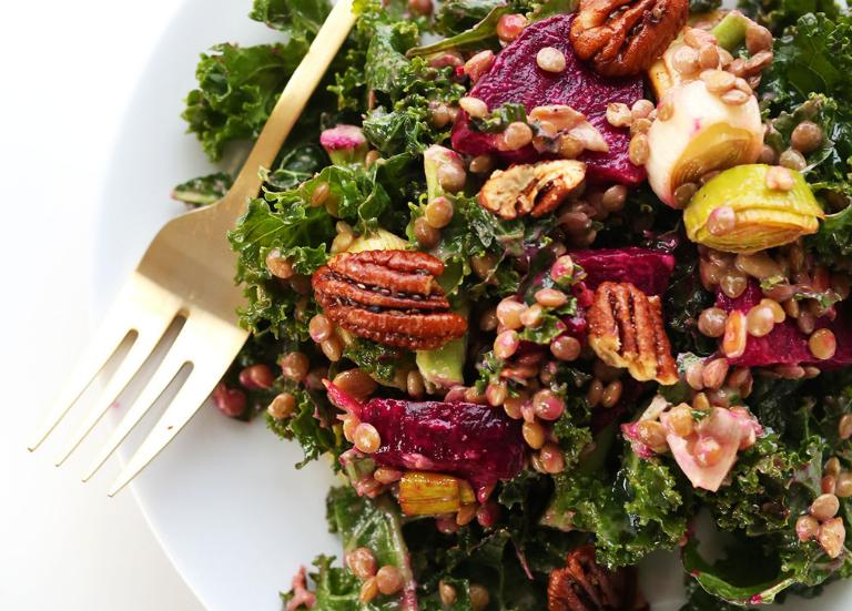 Салат из капусты, чечевицы и жареной свеклы