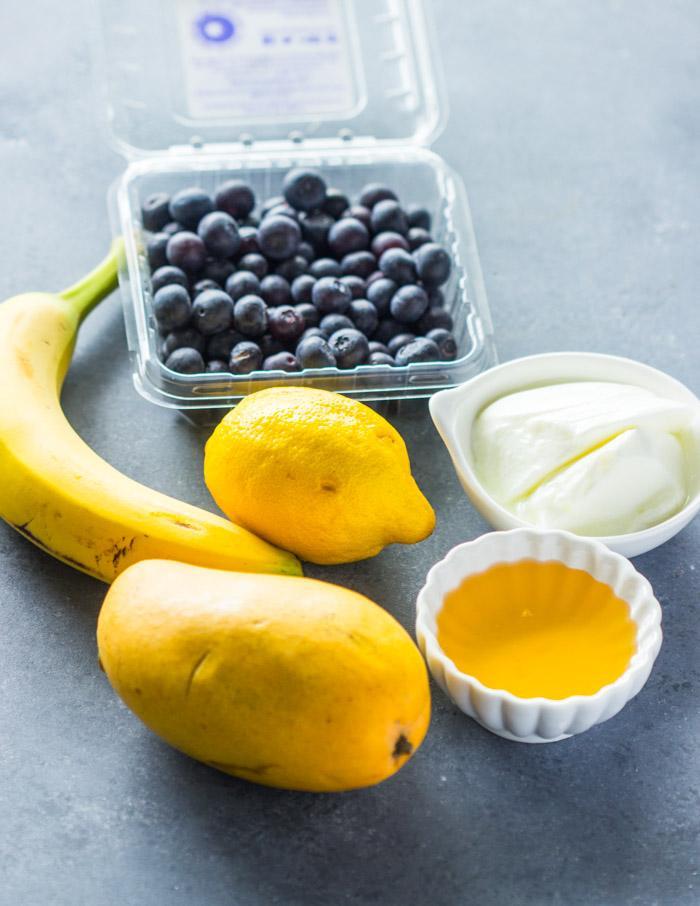 Слоистые смузи с черникой и манго 2