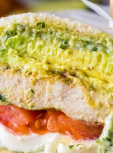 Бутерброды с курицей песто и авокадо