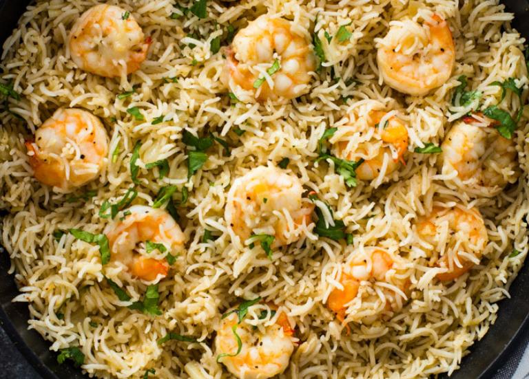 Креветки с рисом на сковороде