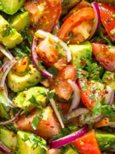 Легкий салат из помидоров и авокадо