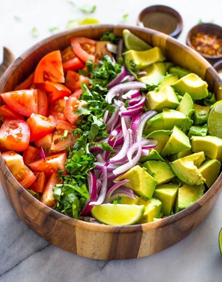 Легкий салат из помидоров и авокадо 2