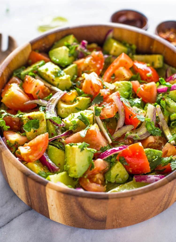 Легкий салат из помидоров и авокадо 3
