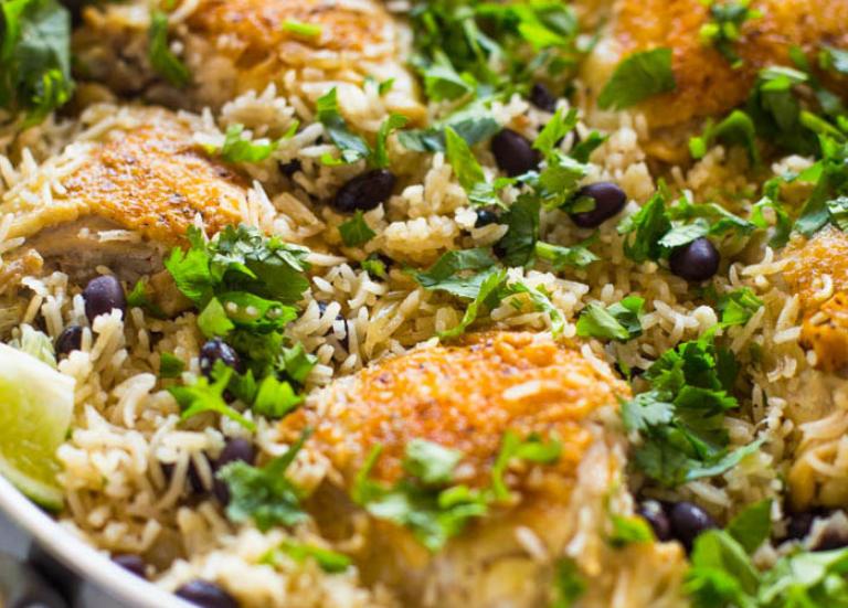 Цыпленок с рисом на сковороде с кориандром и лаймом