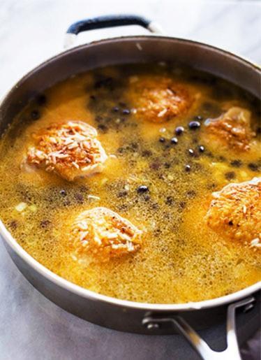 Цыпленок с рисом на сковороде с кориандром и лаймом 3
