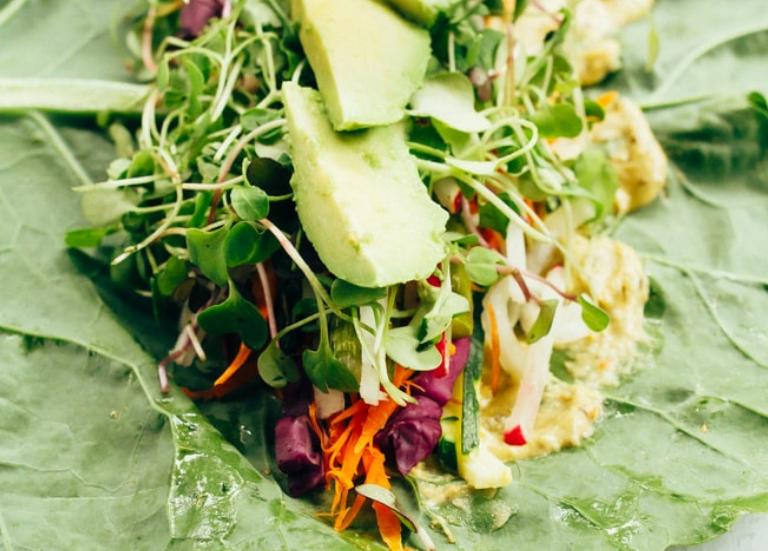 Рулеты из капусты с овощами и хумусом 4